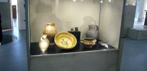 Betonvitrinen im Helms Museum
